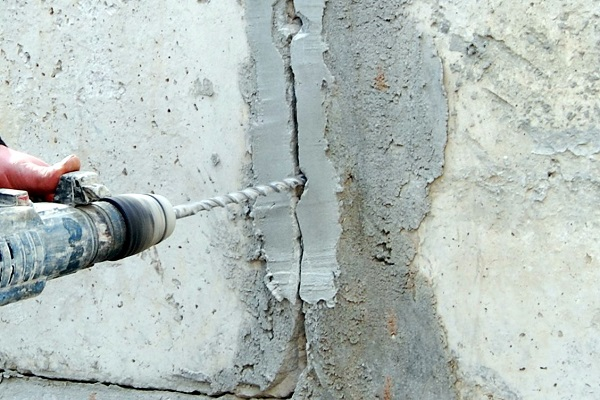 ремонт трещин в бетонной стене