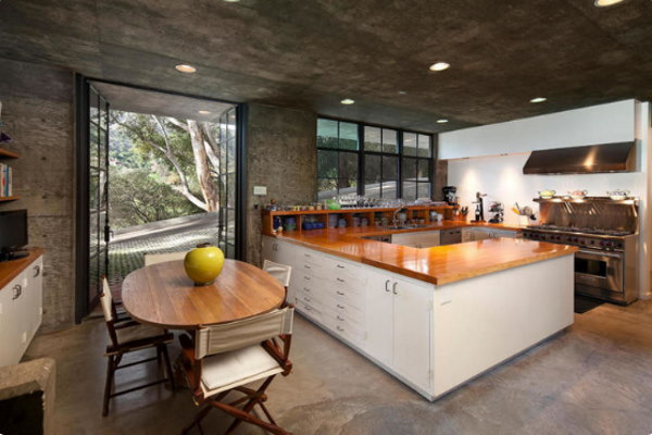 темные бетонные стены контрастируют с полом светлого оттенка